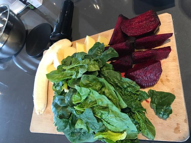 ottimo dessert: spinaci foglie, barbabietola rossa, mela, banana dose per 2 persone